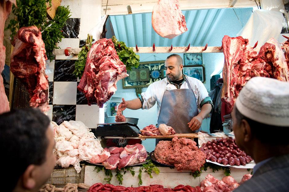 1. MAROKO, Fez. Stoisko z mięsem. Na początku wygląda dość orientalnie, ale po kilku dniach spędzonych w Maroku staje się normalnością. (Fot. Jarek Noga)