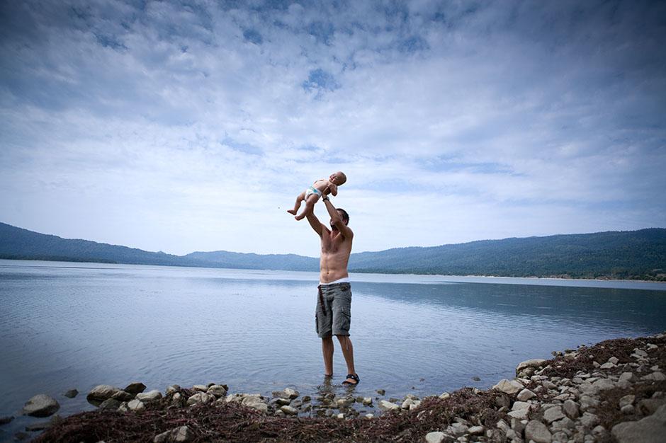 Podróż z dzieckiem. Kąpiel w jeziorze górskim