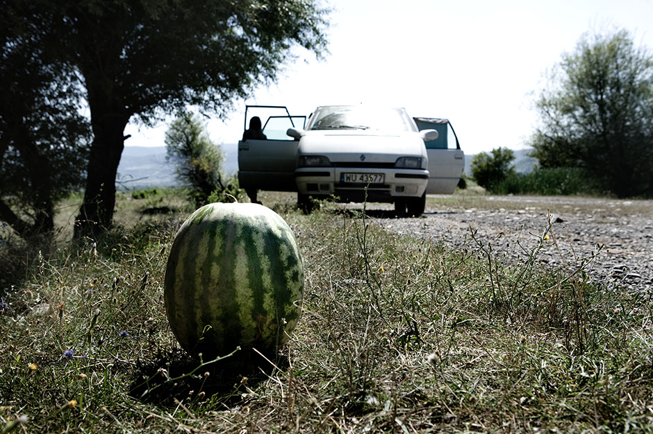 10. GRUZJA, wąwóz Pankisi. Kąpaliśmy się w pobliskiej rzece, a przejeżdżający drogą Gruzini zatrzymali samochód i zostawili dla nas arbuza. (Fot. Thomas Alboth)