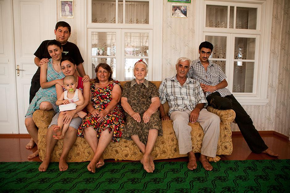 14. AZERBEJDŻAN, na wschód od Baku. Po godzinach rozmów z bardzo tradycyjną azerską rodziną. Mała wioska Zira, najbardziej wysunięte na wschód miejsce naszej podróży. (Fot. Thomas Alboth)
