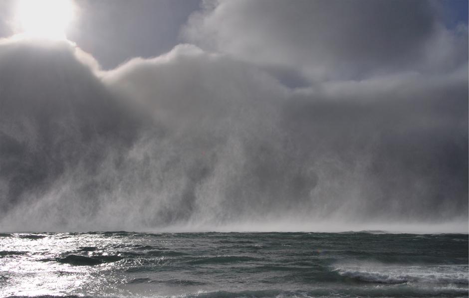 16. ANTARKTYKA, Wyspa Króla Jerzego. Pył wodny podnoszony przez wiatr dochodzący w porywach do 190km/h . (Fot. Piotr Horzela)