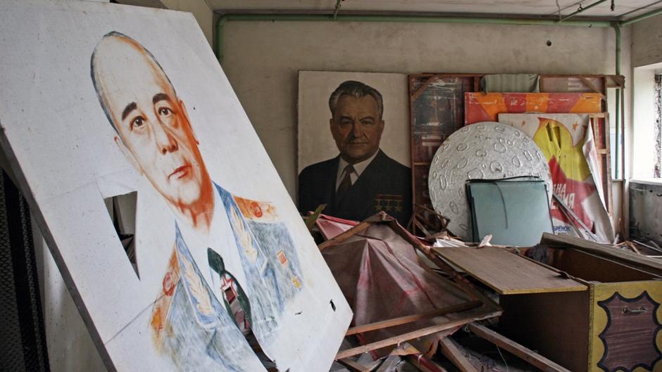 8. UKRAINA, Prypeć. W domu kultury można jeszcze odnaleźć plakaty propagandowe. Awaria reaktora nastąpiła kilka dni przed świętem pracy, do którego trwały przygotowania. (Fot. Ewa Serwicka)