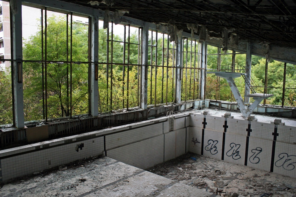 """11. UKRAINA, Prypeć. Jedyna woda, jaką można teraz znaleźć w zniszczonym basenie """"Lazurowy"""" to deszczówka przesączająca się przez dziury w dachu. (Fot. Ewa Serwicka)"""