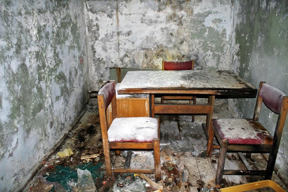 12. UKRAINA, Prypeć. Biurko i krzesła w sali przesłuchań na posterunku milicji stoją tak, jak je ktoś tu kiedyś zostawił. Pokrywa je gruba warstwa pyłu i kurzu. (Fot. Ewa Serwicka)