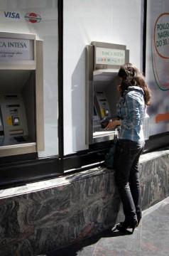 Korzystanie z bankomatu w podróży