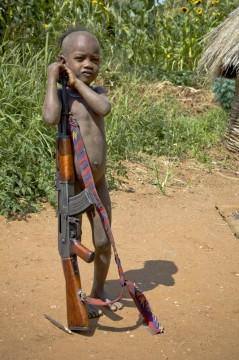 Etiopski dzieciak z kałasznikowem