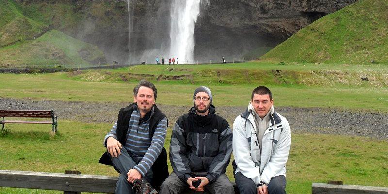 Zdjęcie na tle wodospadu Seljadnfoss