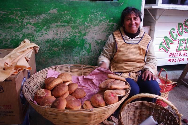 Meksyk. Pani sprzedająca chleb