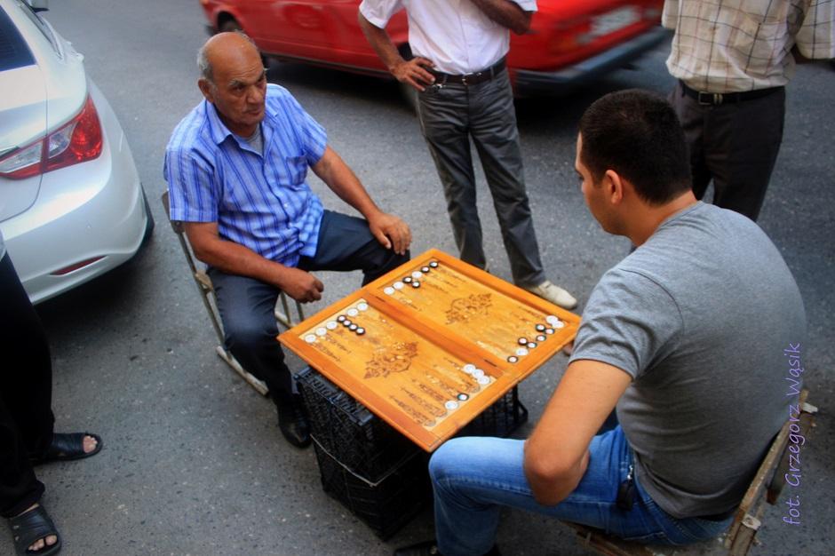 Ormiańscy mężxzyźni podczas wieczornej gry