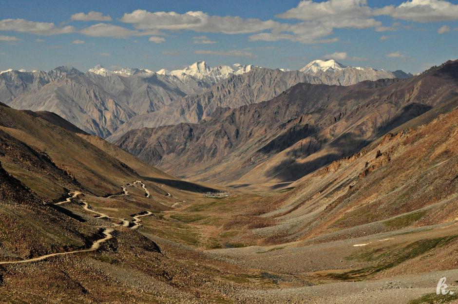 Górskie serpentyny - Niesamowity krajobraz północnych Indii - foto