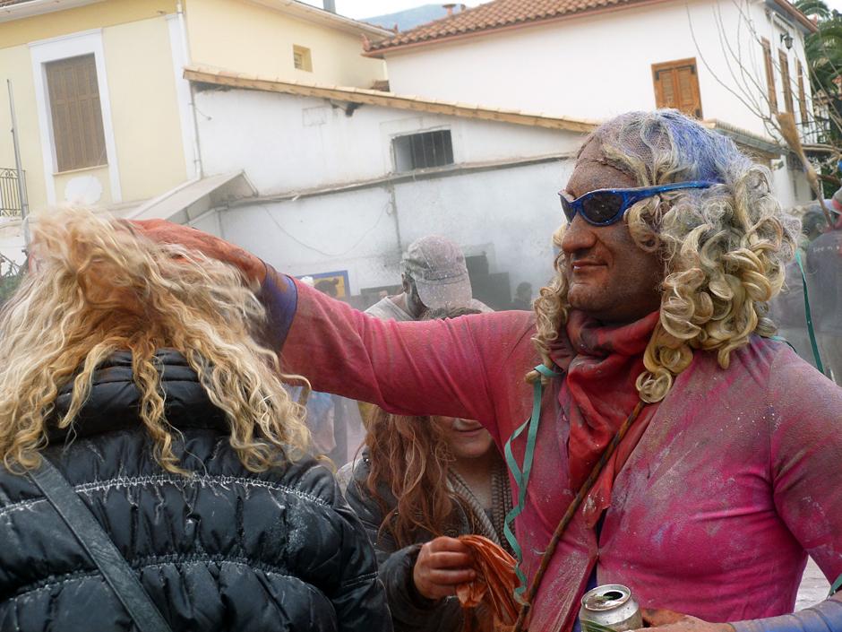 Grecy obrzucają sie kolorowa farbą