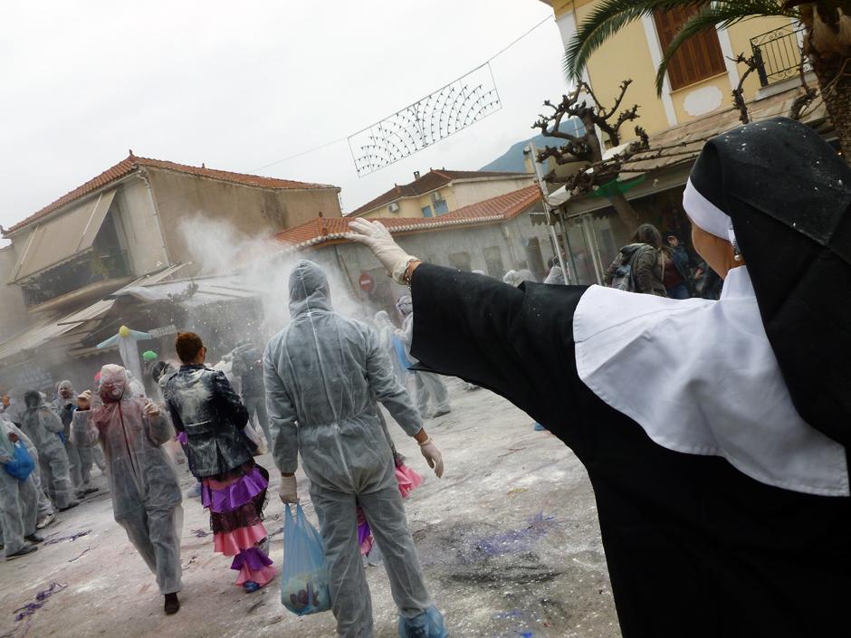 Zakonnica w bitwie na mąkę - zdjęcia z Grecji