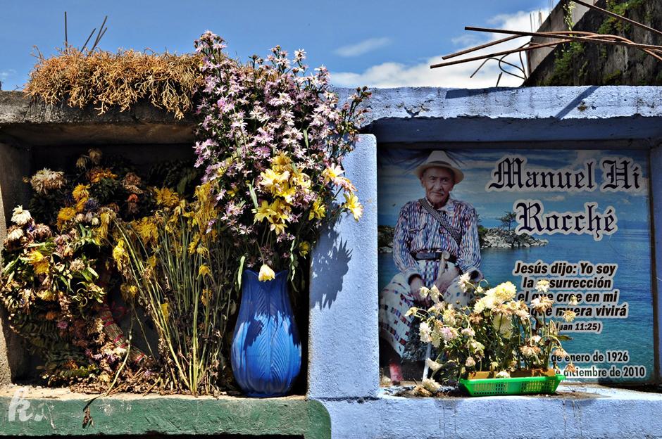 Grobowce na cmentarzu w San Pedro La Laguna - zdjęcia z Gwatemali