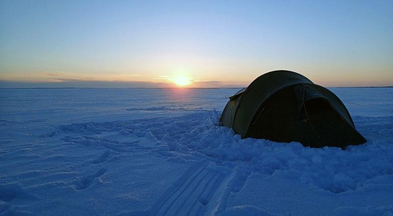 Nocleg w namiocie na zamarzniętym jeziorze