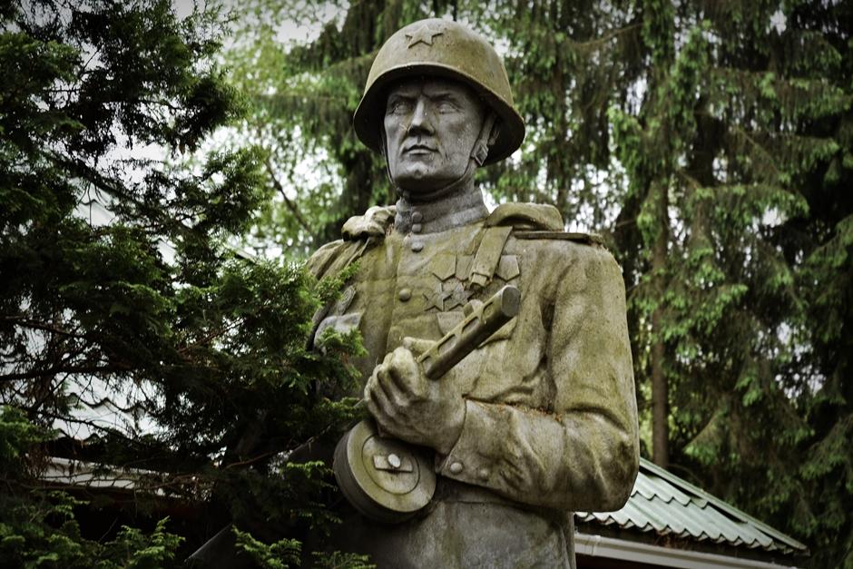 Litwa - pomnik radzieckiego żołnierza - foto