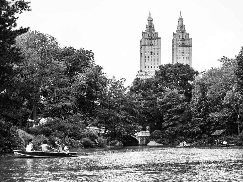Łódka po stawie w Central Parku