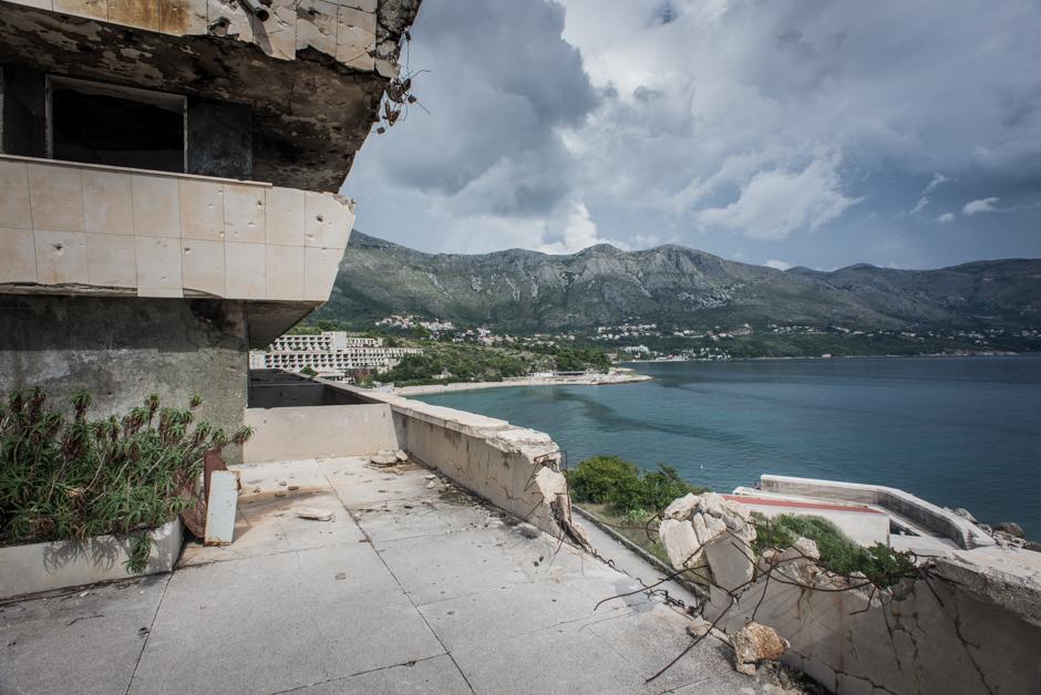 Pozostałości po jednym z chorwackich hoteli w zatoce Kupari - foto