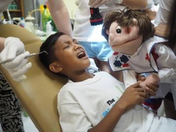 Pierwszy raz u dentysty nie jest łatwy... czasem także dla dentysty. (Fot. Archiwum Multikulti)