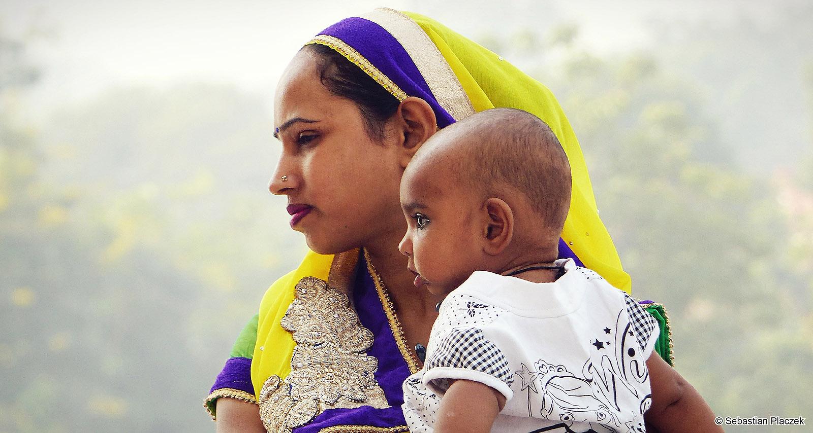 Indie, Agra. Młoda hinduska z dzieckiem. Fot. Sebastian Placzek
