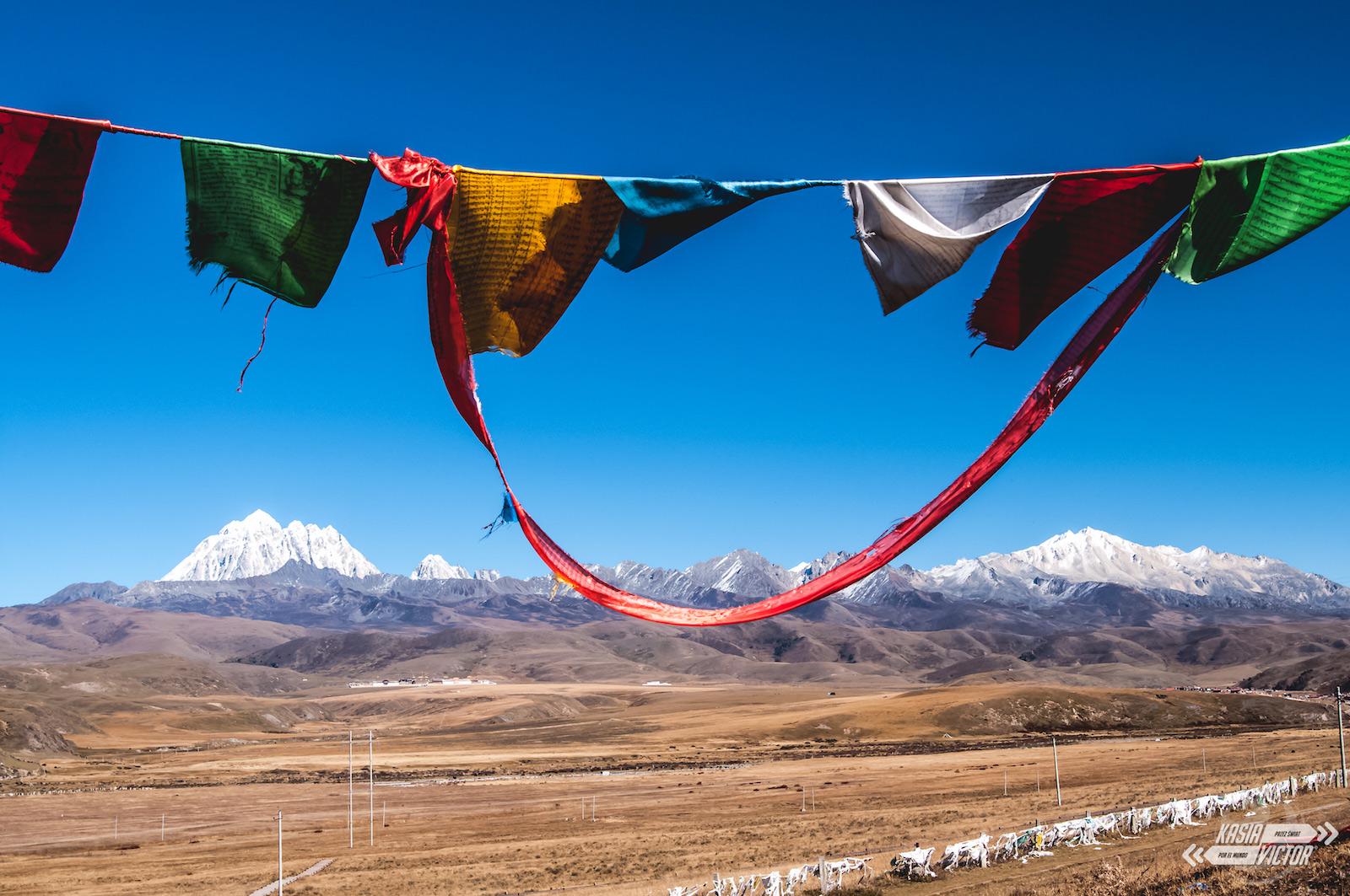 Flagi tybetańskie w Tagong, podróż przez Chiny